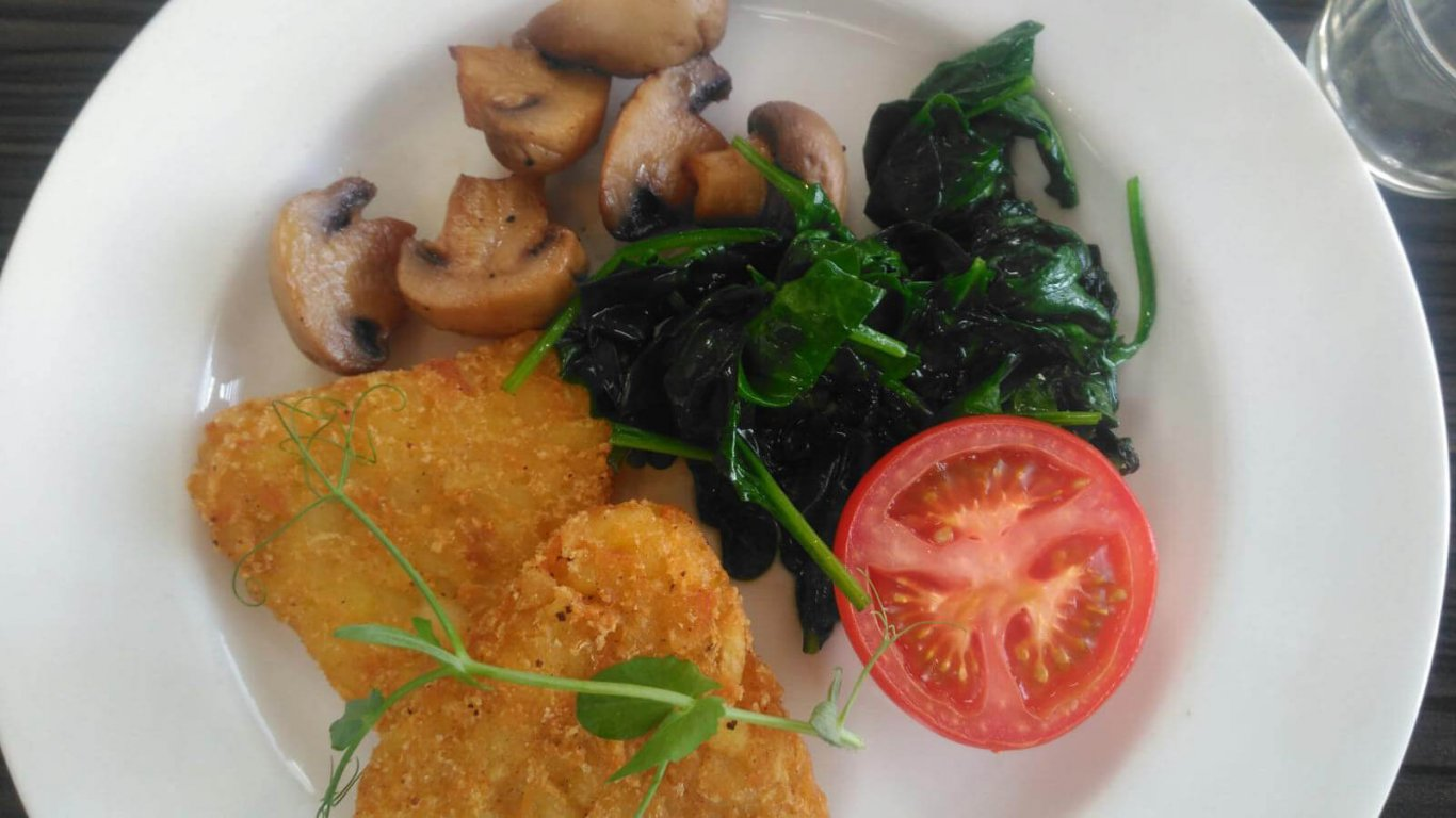 Hash browns, tomatoes, spinach and mushrooms in a vegetarian Irish breakfast, as included on our small-group tours of Ireland