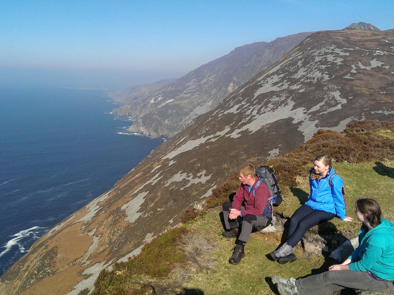 VagaGuide Damien hiking in Ireland at Slieve League with two female tour guests