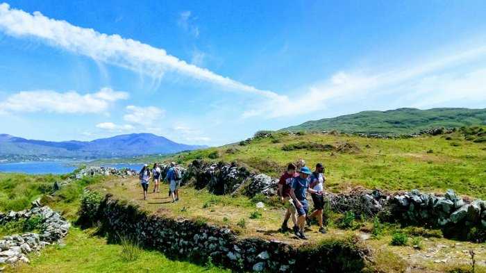 Vagabond guests hiking on the Bullig Bay Loop on the Beara Peninsula